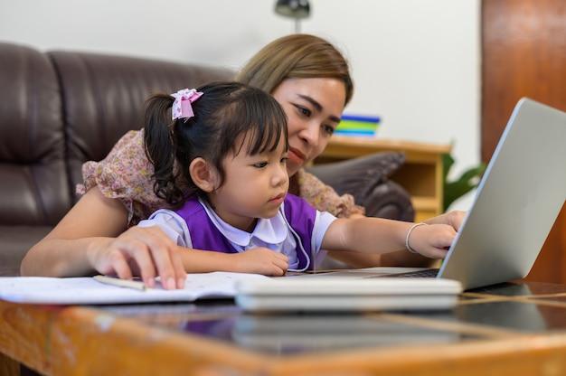 Мать и дочь делают домашнее задание