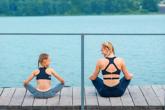 엄마와 딸이 체육관 운동을 하고 있다