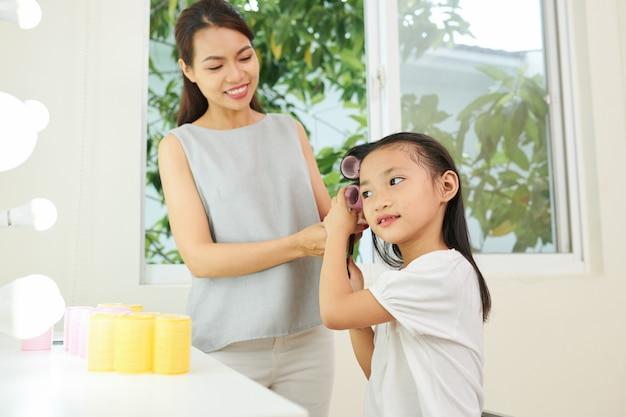 Мать и дочь делают прическу
