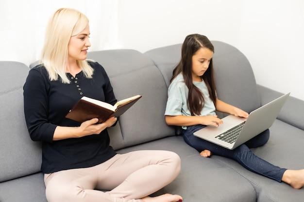 タブレットで宿題をしている母と娘