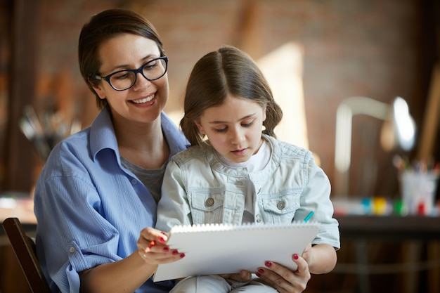 Мать и дочь рисуют вместе