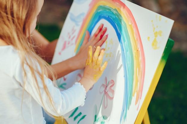 Мать и дочь рисуют