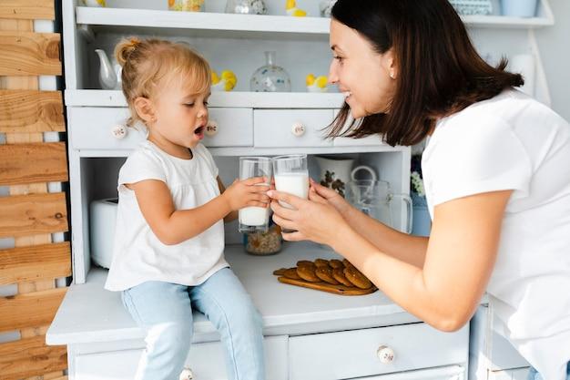 Мать и дочь пьют молоко