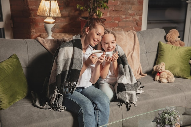 Мать и дочь во время самоизоляции дома во время карантина