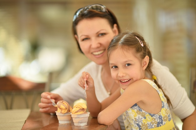 家のテーブルで食べる母と娘
