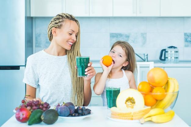 果物を食べる母と娘