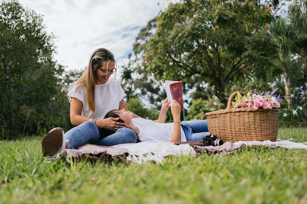 Мать и дочь наслаждаются дневным пикником