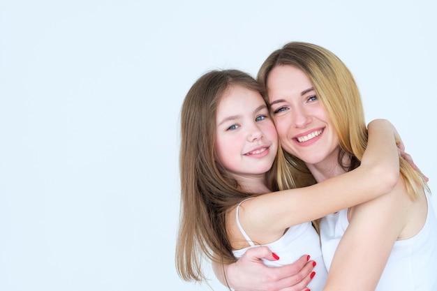 엄마와 딸의 우정. 사랑의 감정과 감정 표현.