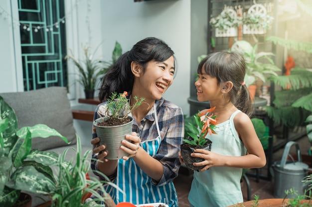 母と娘のガーデニングといくつかの植物を植える