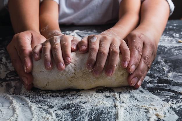 엄마와 딸 손을 함께 부엌에서 반죽 반죽.