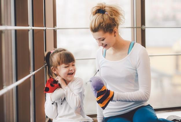 Мать и дочь развлекаются в тренажерном зале