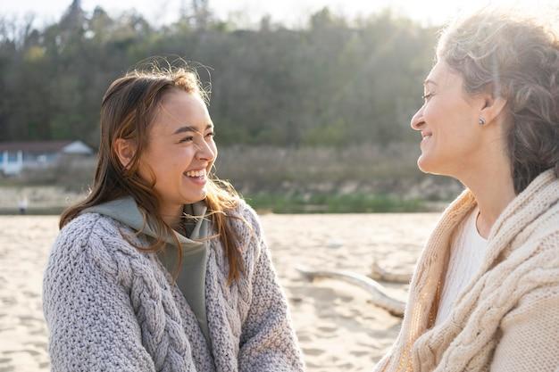 Мать и дочь прекрасно проводят время вместе на пляже