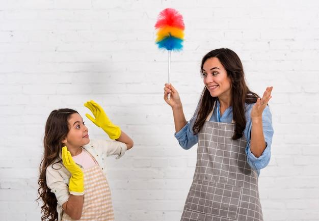 Мать и дочь весело убирают
