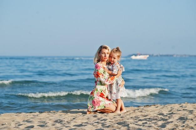 ビーチで楽しんでいる母と娘