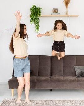 Мать и дочь весело вместе