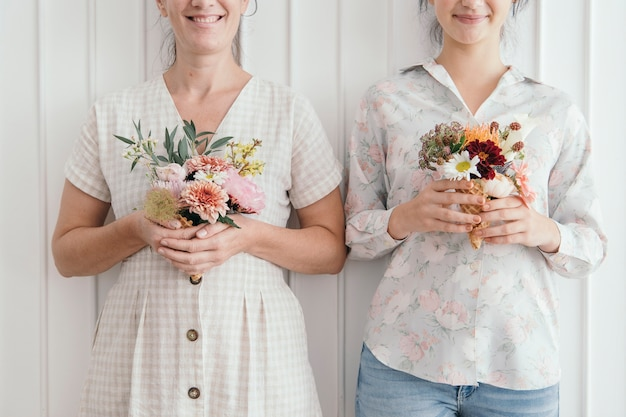 Мать и дочь с цветами в рожках мороженого