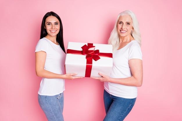 엄마와 딸 핑크에 고립 된 선물을 들고