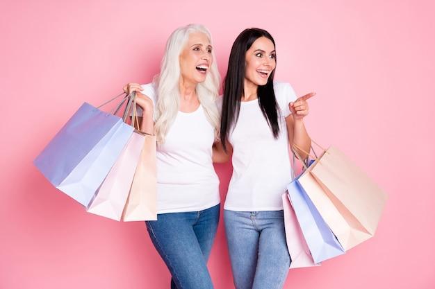 Мать и дочь держат сумки