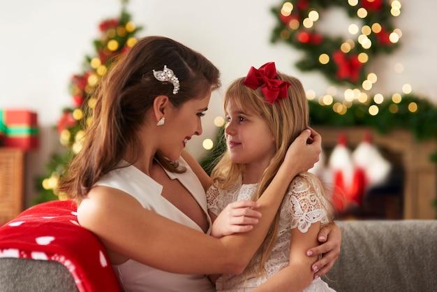 母と娘が抱き合って
