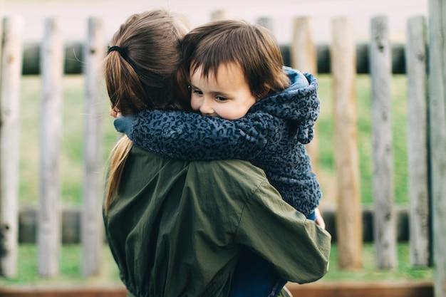 어머니와 딸이 공원에서 사랑에 포옹