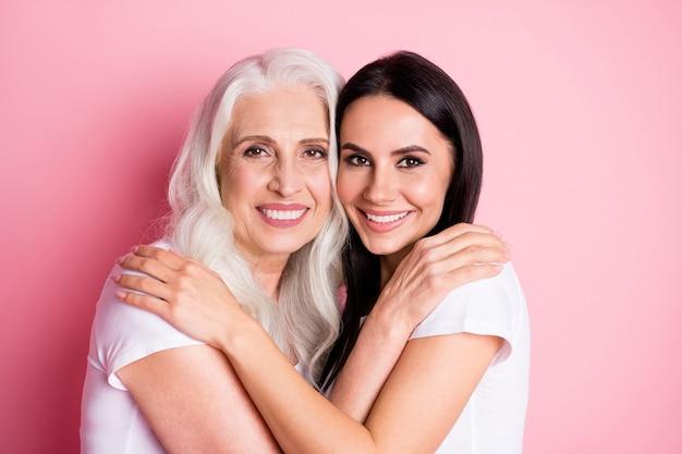 엄마와 딸 포옹에 고립 된 핑크