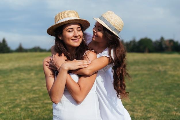 Мать и дочь обнимаются на открытом воздухе Бесплатные Фотографии