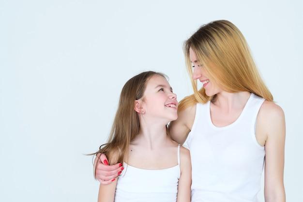 어머니와 딸이 웃고 서로를 껴안고
