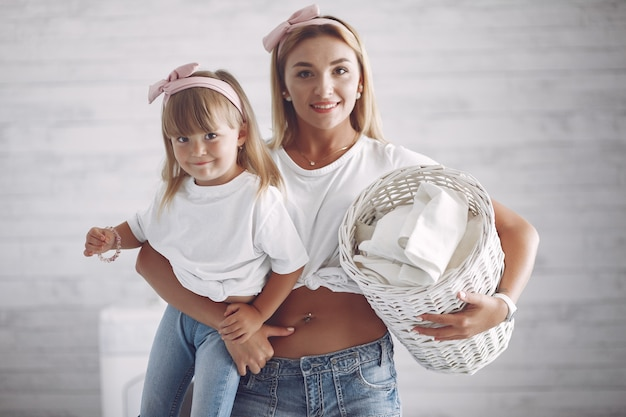 Мать и дочь в ванной возле стиральной машины