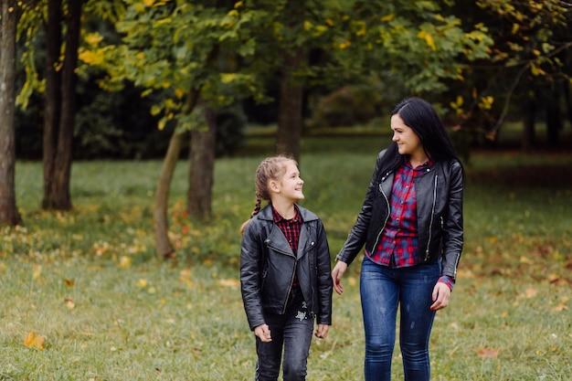 어머니와 딸이 공원에서