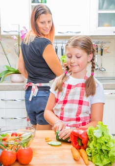 어머니와 딸이 부엌에서 야채를 준비 하
