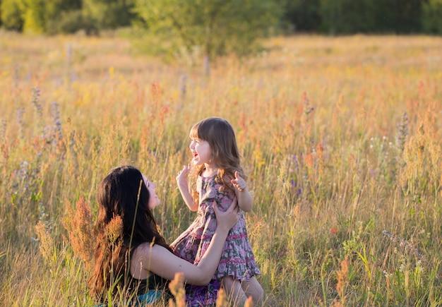 Мать и дочь на лугу