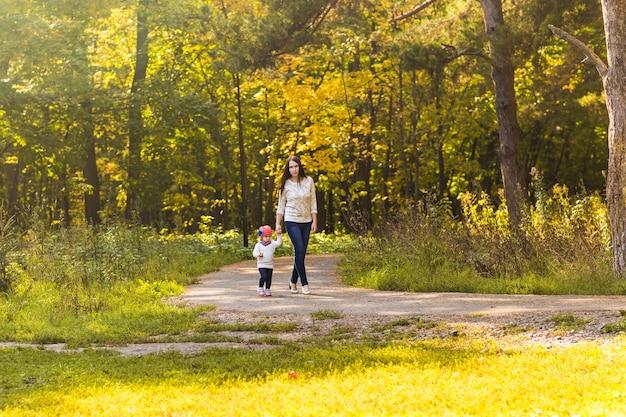 秋の公園の母と娘
