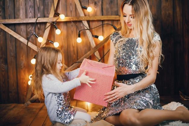 Мать и дочь в праздничном духе