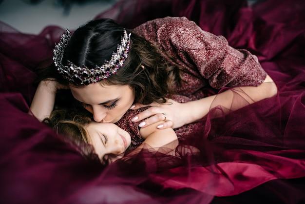 女王と王女のドレスをイメージした母と娘