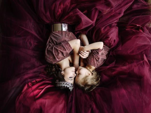 女王と王女のドレスをイメージした母と娘マルサラの色が一緒に横たわっている、上面図