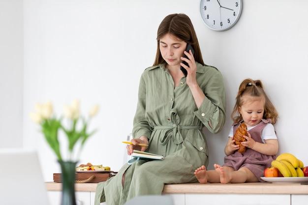 台所で母と娘