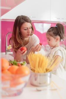 台所の母と娘