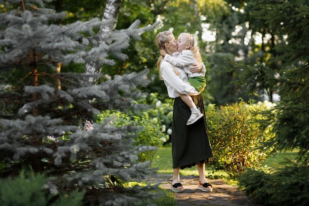 공원에서 산책 여름에 같은 옷을 입고 어머니와 딸 프리미엄 사진