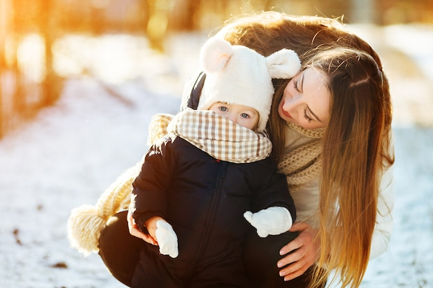 Мать и дочь в снежной деревне