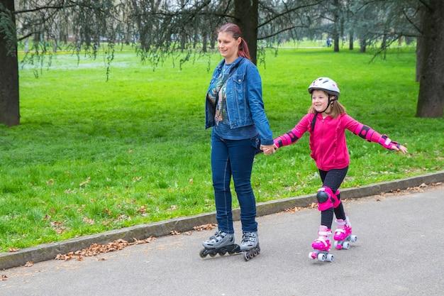 롤러 스케이트와 함께 공원으로 어머니와 딸