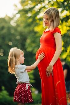 母と娘がお互いを見て