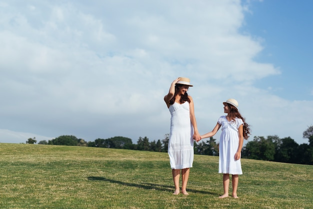 Мать и дочь смотрят друг на друга Бесплатные Фотографии