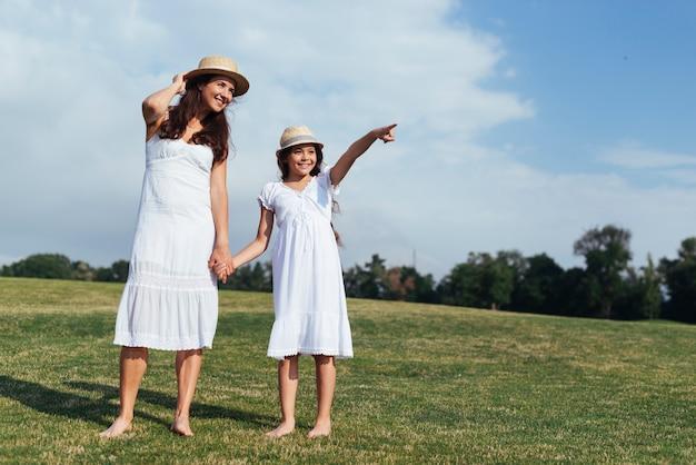 Мать и дочь, глядя в сторону Бесплатные Фотографии