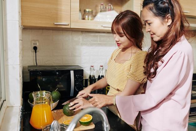 母と娘がジュースを作る