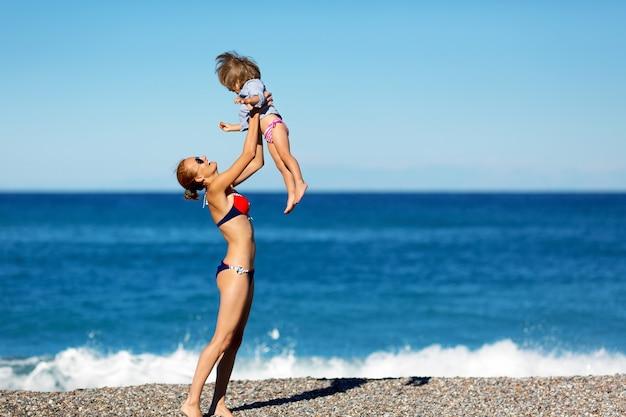 ビーチで母と娘