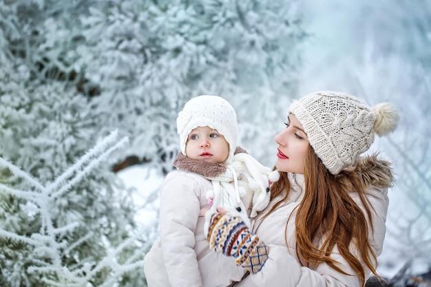 Мать и дочь на зиму гуляют на свежем воздухе