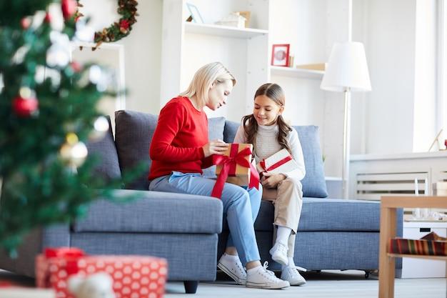 クリスマスプレゼントを開く母と娘