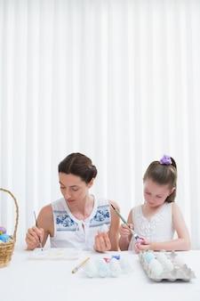 母と娘のイースターエッグ絵画