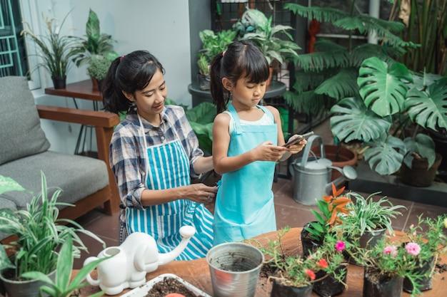 母と娘が一緒に花を植える