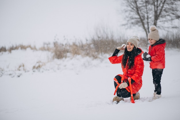 Мать и дочь играют в зимнем парке